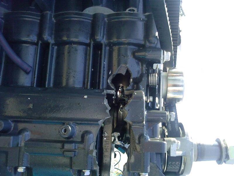 Pęknięty blok silnika poprzez urwany pasek rozrządu